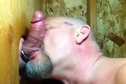 """Some boyz Need giving a kiss"": Bear Sucks 10-Pounder And Makes Out In Gloryhole"
