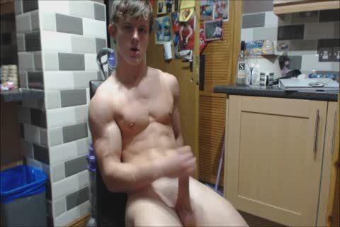 Nathan Green Flexing