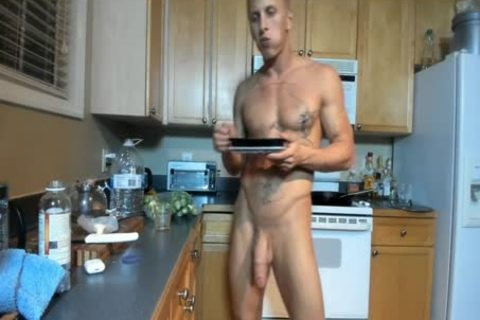 Hung brawny stud Showing Off In The Kitchen
