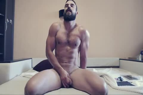 Bearded dude On cam Using A sextoy Part 1