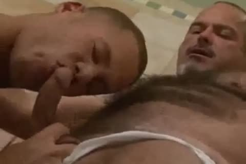 stunning muscle bear takes 10-Pounder in shower
